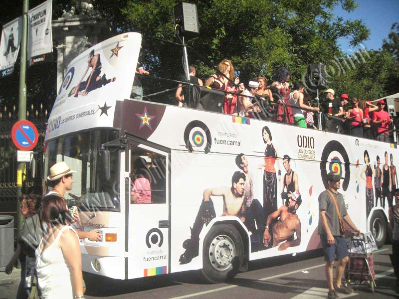 Autobús descapotable para desfile del Orgullo Gay