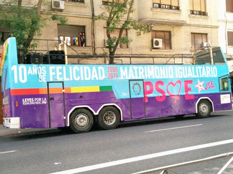 bus descapotable rotulado para PSOE