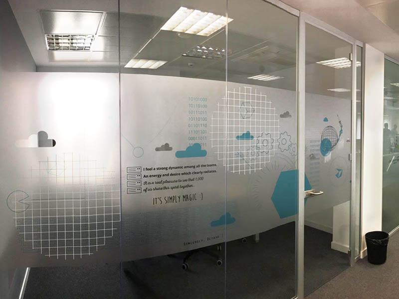 Grupo spi produce e instala vinilo trasl cido en oficinas ovh for Vinilos para oficinas