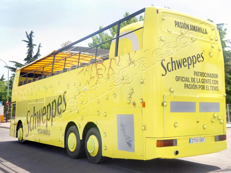 Bus decorado de forma original para Shweppes